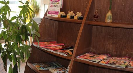 ブラウンを基調にした落ち着いた店内は、男性雑誌も